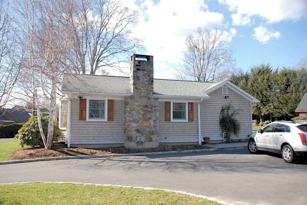 Home with garage addition in Brookfield CT
